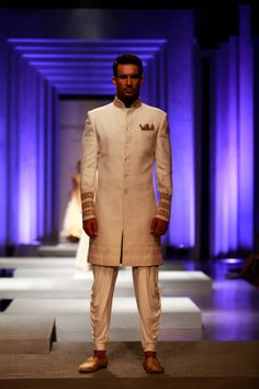 A model at the Amby Valley India Bridal Fashion Week Mens Indian Wear, Mens Ethnic Wear, Indian Groom Wear, Indian Men Fashion, India Fashion, Groomsmen Outfits, Groom Outfit, Indian Look, Indian Man