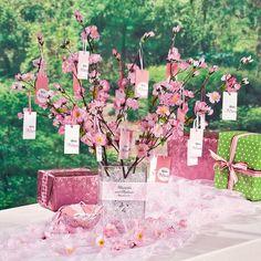 春といえば、桜ですよね!お祝いの席で、縁起ものとして「桜湯」が用いられるほど、桜はウェディングに欠かせないお花なんです♪ 長い冬を越して春の知らせと共に開花する桜は、季節限定の貴重なお花。 そこで今回は、春の結婚式に是非取り入れて頂きたい、おしゃれで春を感じられる桜を使ったウェディングのおすすめ画像をご紹介していきます。 春に結婚式をひかえている!というプレ花嫁&プレ花婿さん♪ 是非参考にしてみてくださいね。 また、夏をテーマにした結婚式を予定されている方は<夏の結婚式の参考に!ひまわりを使ったおしゃれなブーケの画像20選>の記事を、是非ご参考にしてみて下さい。