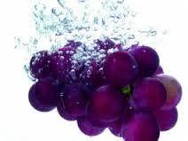 Propiedades antioxidantes El aceite de uva contiene polifenoles, que son potentes antioxidantes, más incluso que la vitamina C y la vitamina E. Los polifenoles también poseen propiedades antiinflamatorias, que ayudan a eliminar el acné.