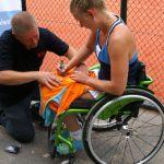 Micha Spaanstra doneert tennis tenue aan  Sporten voor KWF