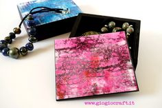 Hello, Giovanna here! Today I show you how to create a set of gel prints with a stunning crackle effect. With these prints, I embellished. Gelli Printing, Screen Printing, Crackle Painting, Gelli Arts, Mixed Media Tutorials, Mc Escher, Gel Medium, Art Journal Techniques, Print Box