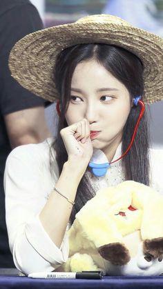 #yeonwoo South Korean Girls, Korean Girl Groups, Rat Family, Korean Idols, Pop Group, Korean Singer, Irene, Nice, Nice France