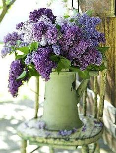 gorgeous lilac bouquet - purple and green My Flower, Fresh Flowers, Flower Power, Beautiful Flowers, Lilac Flowers, Spring Flowers, Draw Flowers, Ikebana, Deco Floral
