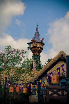 Rapunzel's Tower at Walt World Sleeping in Walt Disney World… Disney World Resorts, Disney Vacations, Disney Trips, Disney Parks, Walt Disney World, Unicornios Wallpaper, Disney Wallpaper, Disney Dream, Disney Love