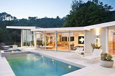 Mid century house, wouldn't it be just wonderful to have a house like that?