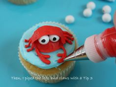 Beach Cupcakes-Tutorial on how to make a darling crab cupcake Amanda! For Lucy's party? Crab Cupcakes, Beach Cupcakes, Fondant Cupcakes, Fun Cupcakes, Cupcake Cookies, School Cupcakes, Fishing Cupcakes, Decorated Cupcakes, Crab Feast