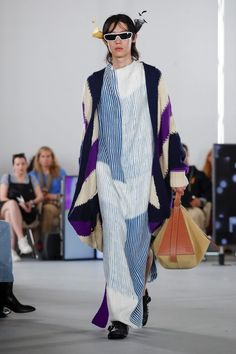 Loewe Menswear Spring/Summer 2020 Paris show space inside the auditorium of Maison de l'UNESCO, nine works by the London-based artist Hilary Lloyd are Live Fashion, Fashion Show, Runway Fashion, Mens Fashion, Paris Fashion, Sailor Shirt, Paris Look, Paris Shows, Walk This Way