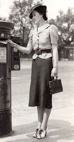 The outfit is so so but her shoes are fabulous! The outfit is so so but her shoes are fabulous! 1930s Fashion, Fashion Mode, Moda Fashion, Retro Fashion, Vintage Fashion, Womens Fashion, Fashion Stores, Vintage Vogue, Cheap Fashion