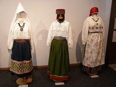 In any case costumes from the north of Estonia seeing the short shirts. At the left a married woman, in the middle an unmarried girl and at the right a rich maried woman ???