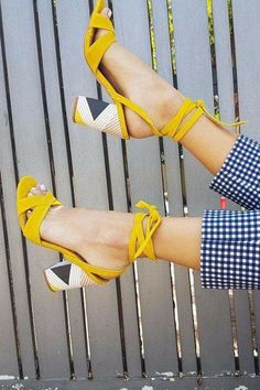 Gelbe Fersen Yellow heels running in the sunshine. The best shoe Pretty Shoes, Beautiful Shoes, Cute Shoes, Me Too Shoes, Gorgeous Heels, Shoe Boots, Shoes Heels, Strappy Shoes, Heeled Boots