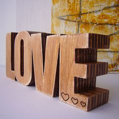 love de madera grabado con corazones