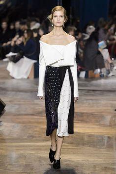 Défilé Dior Haute Couture printemps-été 2016. Veste en laine à épaules décolletées.