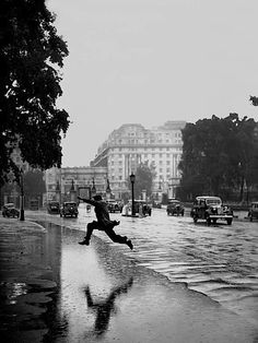 Jumping the puddle, Hyde Park - London, 1939