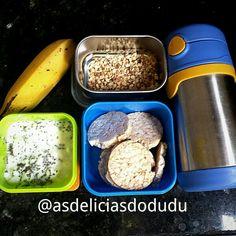 Biscoito de arroz com requeijão e chia + castanha de caju + banana