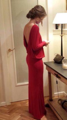 Vestido largo de punto de seda rojo con escote en la espalda