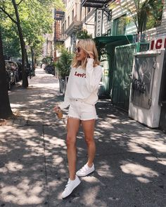 summer style - casual comfy summer outfit for women, teens, all white. White trainer sneaker look, sweatshirt inspo, Levi's White Outfits, Short Outfits, Trendy Outfits, Summer Outfits, Fashion Outfits, White Shorts Outfit Summer, Fitz Huxley, Street Style Outfits, Mode Vintage