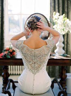 Modelo de vestido de noiva com renda e pedraria no decote das costas