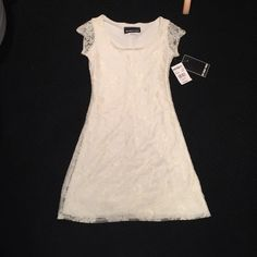 NWT IVORY LACE DRESS NWT Ivory lace dress with cap sleeves. Purchased from Lotd and Taylor. UN DEUX TROIS Dresses