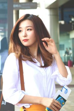 Red Velvet's Seulgidazzled media sources and fans during her latest airport arrival. Seulgi arrived at Incheon International Airport wearing a whiteblouse, bright yellow skirt, and a small brown velvet purse. As Seulgi flaunts her latest airport ensemble, she seemed extremely open and inviting to picture takers and fans who were …
