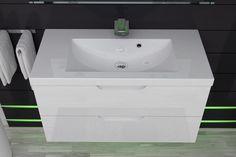 Umywalki konglomeratowe w meblach Furi odcieniem bieli idealnie komponują się z lakierem szafek.