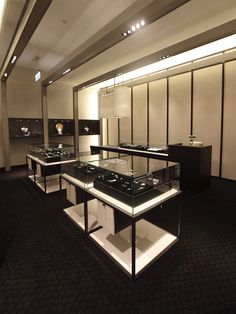 Minimal design jewelry store, combining mostly black decor and contrasting with a few white elements Jewellery Shop Design, Jewelry Shop, Jewelry Stores, Jewelry Stand, Boho Jewelry, Jewelry Rings, Shop Interior Design, Retail Design, Showroom