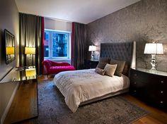 chambre cocooning avec papier peint gris à motifs d'ornementation, tapis design…