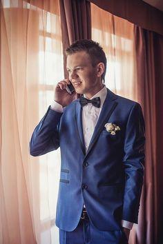 Синий костюм жениха.