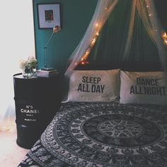 Cute dorm room ideas that you need to copy! These cool dorm room ideas are perfect for decorating your college dorm room. You will have the best dorm room on ca Dream Rooms, Dream Bedroom, Girls Bedroom, Pretty Bedroom, Bedroom Bed, Bedroom Black, Castle Bedroom, Garden Bedroom, Cozy Bedroom