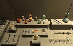 Exposición de objetos de tocador (espátulas, removedores, pinzas, peines, recipientes y agujas para el cabello). Museo de Zaragoza