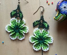 Mexican earrings flower handmade beaded by huichol ethnic Beaded Tassel Earrings, Seed Bead Earrings, Beaded Jewelry, Flower Earrings, Green Earrings, Native Beadwork, Native American Beadwork, Seed Bead Flowers, Beaded Flowers
