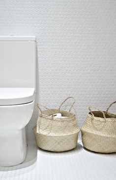 11 tips for a (minimal) clutter free bathroom - DIY home decor and crafts - Your DIY Family Diy Bathroom Baskets, Small Bathroom, Bathroom Ideas, Bathrooms, Family Bathroom, Restroom Ideas, Mosaic Bathroom, Bathroom Stuff, Bathroom Inspo