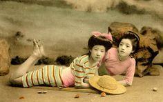 """""""Swimsuit girls from old Japan"""", une impressionnante collection de photographies deGeisha et Maiko, posant en maillot de bain sur les plages du Japon de l'èr"""