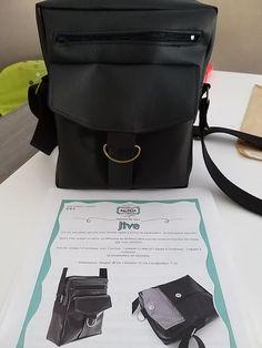 Pochette Jive en simili noir cousu par Alli - Patron Sacôtin Bags, Fashion, Sewing, Handkerchief Dress, Black People, Handbags, Moda, La Mode, Fasion