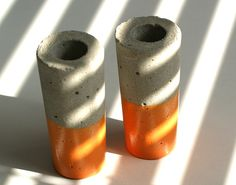 Vaasjes van beton met koperen onderkant van Oh Beton! via  http://nl.dawanda.com/