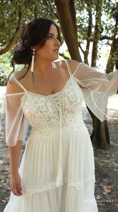 Boho plus size wedding gown with off shoulder sleeves. Agata. Studio Levana