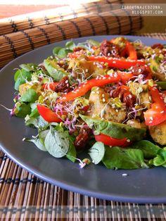 czyli o tym, że zdrowe jedzenie nie musi być nudne :): Sałatka z kurczakiem, awokado i papryką