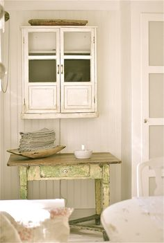 table and small cupboard Baños Shabby Chic, Shabby Vintage, Chabby Chic, Bathroom Furniture, Painted Furniture, Small Cupboard, Swedish Decor, Farm House Colors, Farmhouse Chic