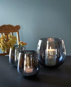 Vakker lykt/vase i en nydelig midnattsblå farge. Den er like fin til lys som til blomster. Vase, Midnight Blue, Wine Glass, Tableware, Dinnerware, Tablewares, Vases, Dishes, Place Settings