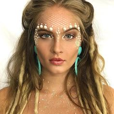 Mermaid makeup with pearls Halloween Make Up, Halloween Face Makeup, Mermaid Halloween Makeup, Halloween College, Make Carnaval, Beauty Makeup, Hair Beauty, Makeup Art, Mermaid Parade
