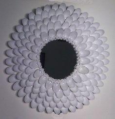 Espejo de cuchara de pl stico en pinterest guirnalda en for Decoracion de espejo con cucharas