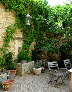French garden with stone wall, fountain & gravel. When done well, crushed gravel can have a elegant yet relaxed cottage atmosphere. (HPG idea but I'm going to do a gray crushed slate type rock) Italian Courtyard, French Courtyard, Italian Garden, Tuscan Courtyard, Courtyard Ideas, Patio Ideas, Courtyard Gardens, Tuscan Garden, Garden Cottage