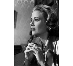 La Princesse Grace de Monaco porte sa bague de fiançailles Cartier sur le tournage du film High Society. http://www.vogue.fr/joaillerie/a-voir/diaporama/cartier-exposition-bijoux-20eme-siecle-au-denver-art-museum/21169/image/1112821#!la-princesse-grace-de-monaco-porte-sa-bague-de-fiancailles-cartier-sur-le-tournage-du-film-high-society