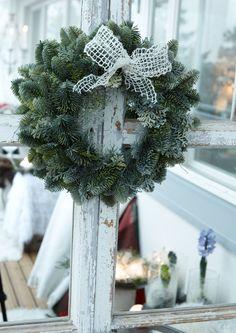 Jouluinen parveke somistetaan kynttilöillä, valoilla, havuilla ja joulukukilla. Katso Viherpihan ideat ja loihdi parvekkeestasi valon ja lumen kimmeltävä valtakunta.