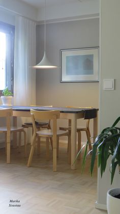 Ruokailutila Artek tuolien kanssa. Harmaan eri sävyjä ja puu, mikä ihana yhdistelmä. Vaalea keittiö tammimosaiikki parketti