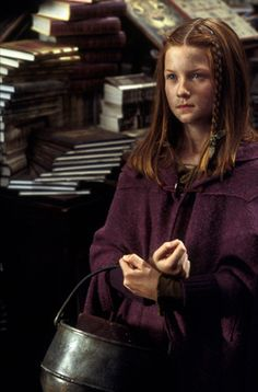 Bonnie Wright as Ginny Weasley - Harry Potter and the Chamber of Secrets Harry James Potter, Harry Potter Ginny Weasley, Harry And Ginny, Harry Potter Books, Harry Potter Characters, Harry Potter Fandom, Harry Potter Universal, Harry Potter World, Bonnie Wright