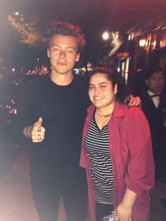 Harry with a fan in NYC. Harry Styles Updates, Harry Styles Pictures, One Direction Pictures, Beautiful Boys, Pretty Boys, Harry Styles Birthday, Bae, Harry 1d, Mr Style