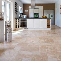 Manapság egyre gyakrabban beszélünk egészséges, praktikus és könnyen fenntartható otthonokról. Ugyanakkor a piac számtalan lehetőséget kínál, így nehéz eldönteni mit is válasszunk. A természetes kő mindig tökéletes választás, mivel eleganciája és bája miatt, nehéz neki ellenállni.  Kattints és olvass tovább! Travertine Floors, Stone Flooring, Style At Home, Interior Decorating, Interior Design, Unique Lamps, Black Walls, Apartment Interior, Home Hacks