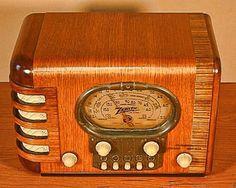 ZENITH modelo 5S-319 Art Deco Radio (1939) Racetrack aquí es un muy buen ejemplo de la Zenith 5S-319. Se llama el Hipódromo debido a la forma de la