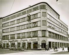 1949: Wiederauferstehung des Stammhauses  Mit der Währungsreform kehrten wieder einigermaßen normale Geschäftsverhältnisse ein. Wieder staunt Mannheim. Das Stammhaus an den Planken entsteht ab 1950 in Etappen neu.  Zunächst sorgte noch in jeder Verkaufsetage ein großer Heizofen für angenehme Wärme.