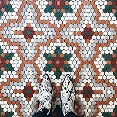 In ❤️ with this mosaic&snake combi 🤩 Hex Tile, Hexagon Tiles, Hexagon Quilt, Hexagons, Bathroom Floor Tiles, Tile Floor, Mosaic Floors, Restaurant Kitchen, English Paper Piecing